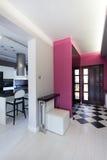 Cottage vibrant - cuisine et couloir photo stock