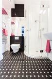 Cottage vibrant - intérieur de salle de bains images stock