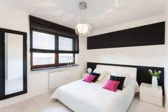 Cottage vibrant - chambre à coucher moderne image stock