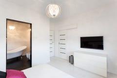 Cottage vibrant - chambre à coucher avec la TV image stock