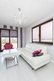 Cottage vibrant - salon spacieux photographie stock libre de droits