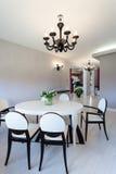 Cottage vibrant - table contemporaine photographie stock