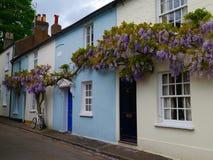 Cottage vittoriani Colourful coperti di glicine porpora immagini stock