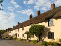 Cottages couverts de chaume dans le village de Broadhembury Devon England est R-U dans les collines de Blackdown Image libre de droits