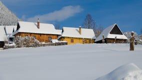 Cottages dans le vlkolinec image stock