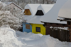 Cottages dans le vlkolinec image libre de droits