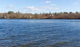 Cottages de lac swan sur le rivage Photos stock
