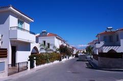 Cottages de rue dans la petite ville de bord de la mer de la Chypre Photos stock