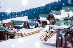 Cottages de touristes dans la station de sports d'hiver Photographie stock