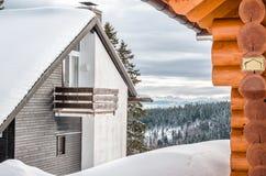 Cottages de vacances dans les montagnes dans les terres alpines de fond Image libre de droits