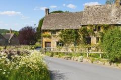 Cottages en pierre de vacances dans le village anglais de campagne Photos libres de droits