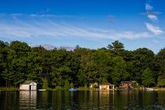 Cottages et hangars à bateaux Photos libres de droits