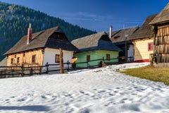 Cottages ruraux au village Vlkolinec, Slovaquie photographie stock