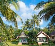 Cottages sur la baie dans un jardin tropical Photo stock