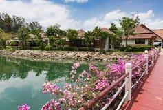 Cottages sur la baie dans un jardin tropical Photographie stock libre de droits