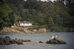 Cottages sur la côte images stock