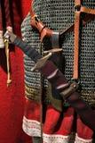 Cotte de maille traditionnelle en métal avec une épée sur sa ceinture Images stock
