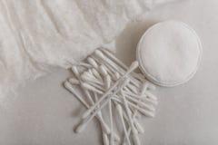 Cottonwool, πατσαβούρες βαμβακιού και δίσκοι βαμβακιού Στοκ εικόνα με δικαίωμα ελεύθερης χρήσης