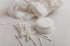 Cottonwool, πατσαβούρες βαμβακιού και δίσκοι βαμβακιού Στοκ Φωτογραφία