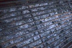 Cottura all'aperto grigliando Griglia carbonizzata vuota della griglia che ha bisogno della pulizia Ruggine ed ustioni attaccate  immagini stock libere da diritti
