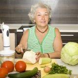 Cottura anziana della donna Immagini Stock