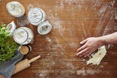 Cottura casalinga della pasta in mano della cucina che pulisce farina Fotografie Stock