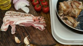 Cottura casalinga Il petto di manzo o della carne di maiale sta arrostendo in una pentola della cucina Verdure, pomodori, cipolla stock footage