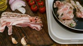 Cottura casalinga Il petto di manzo o della carne di maiale sta arrostendo in una pentola della cucina Verdure, pomodori, cipolla video d archivio