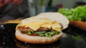 Cottura degli hamburger il processo di produrre di casa hamburger fotografia stock