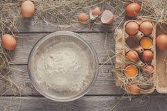 Cottura degli ingredienti per cuocere, le uova e la farina Immagine Stock