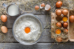 Cottura degli ingredienti per cuocere, le uova e la farina Fotografia Stock