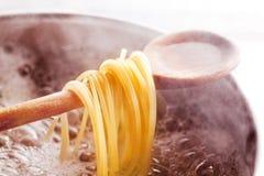 Cottura degli spaghetti Immagine Stock Libera da Diritti