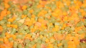 Cottura dei fagiolini e della carota stock footage