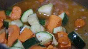 Cottura dei frutti di mare con le verdure in vaso del ferro archivi video