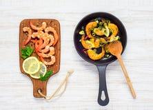 Cottura dei frutti di mare dei gamberetti Fotografie Stock