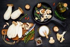 Cottura dei funghi commestibili di Eryngii Fotografie Stock Libere da Diritti