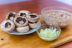Cottura dei piatti dai funghi prataioli dei funghi con carne Fotografia Stock Libera da Diritti