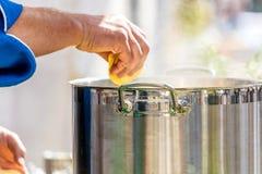 Cottura dei ravioli freschi, casalingo italiano della pasta fresca fotografia stock