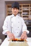 Cottura dei rotoli di sushi con i gamberetti Fotografia Stock