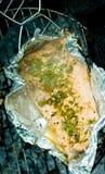 Cottura dei salmoni sulla griglia Immagini Stock