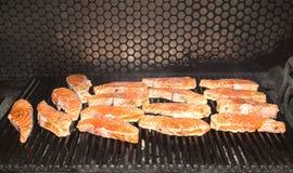 Cottura dei salmoni sulla griglia Fotografia Stock Libera da Diritti
