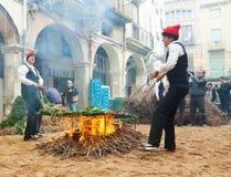 Cottura del calsot sul falò durante il Calcotada a Valls immagine stock libera da diritti
