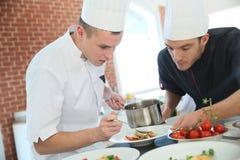 Cottura del cuoco unico che dà gli studenti che cucinano le abilità Fotografia Stock Libera da Diritti