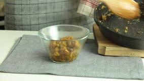 Cottura del dolce del cr?pe di Oreo stock footage