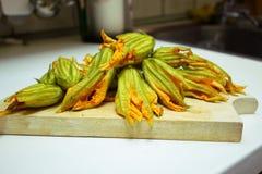 Cottura del fiore dello zucchino fotografia stock