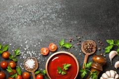Cottura del fondo con le spezie, i pomodori e la salsa fotografia stock libera da diritti