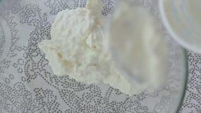 Cottura del formaggio di ricotta con la crema delle fragole archivi video