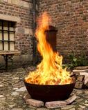 Cottura del fuoco ad un castello in un bollitore fotografia stock
