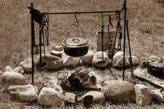 Cottura del fuoco di accampamento Fotografie Stock Libere da Diritti