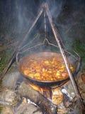 Cottura del goulash nella notte Fotografie Stock Libere da Diritti